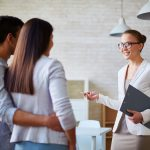 ¿Qué servicios inmobiliarios presta una agencia cuando quieres comprar o vender un piso?