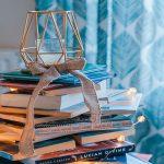 Los libros y su combinación de colores son también decoración